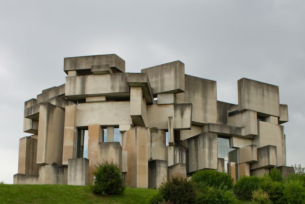 Was wie ein überdimensionales Jenga-Spiel aussieht, ist in Wahrheit eine Wiener Kirche