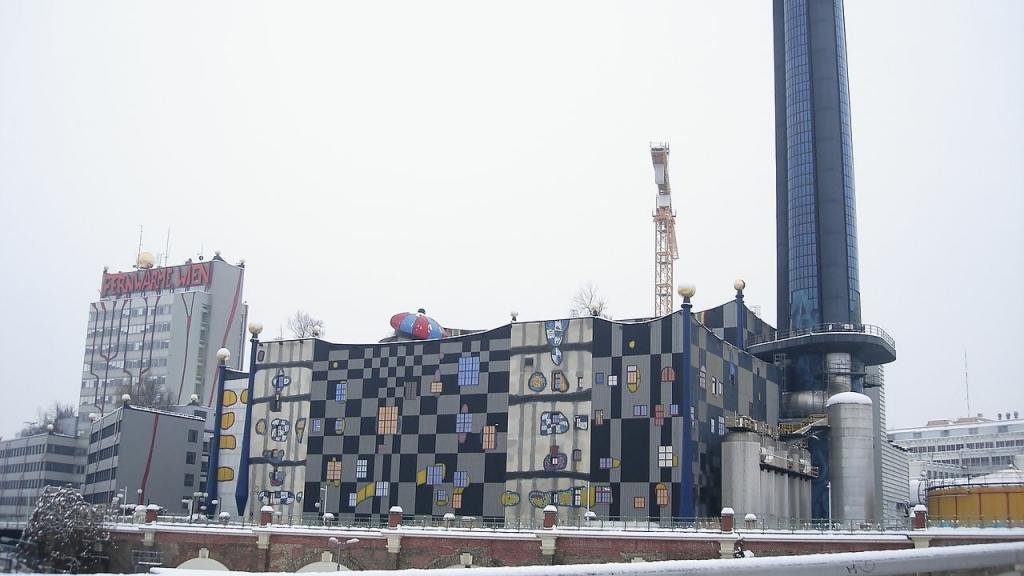 Die kunterbunte Fassade der Müllverbrennungsanlage im Hundertwasserstil