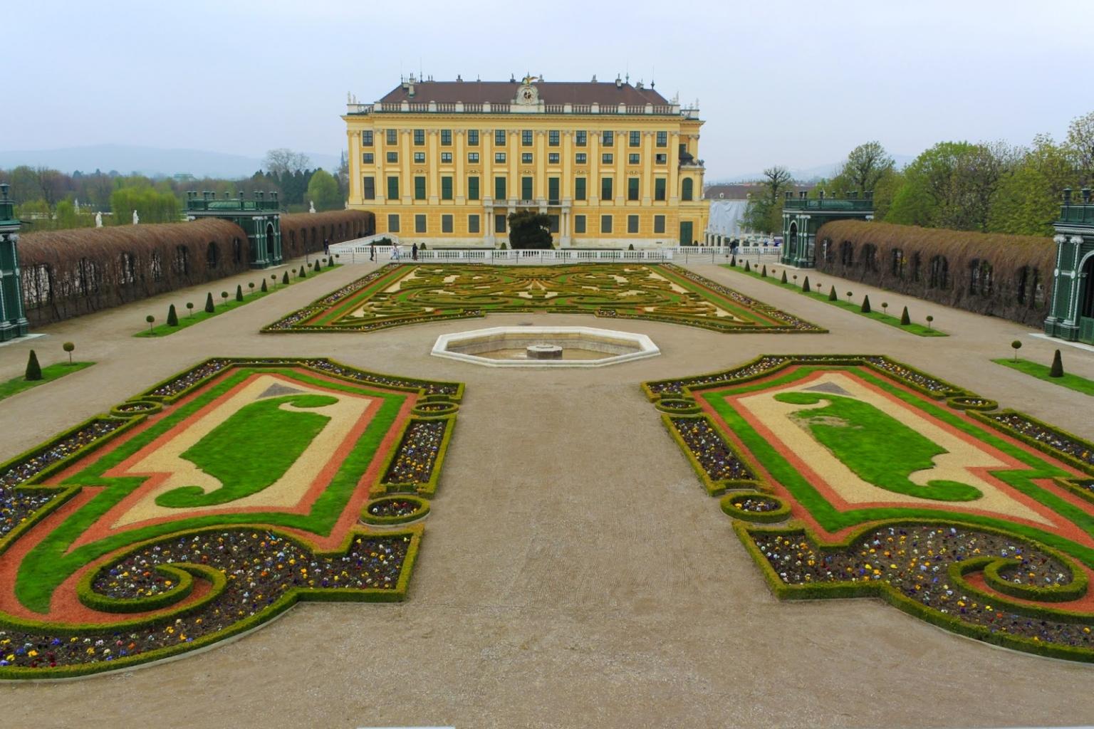 Der elegant gepflegte Garten in Schönbrunn