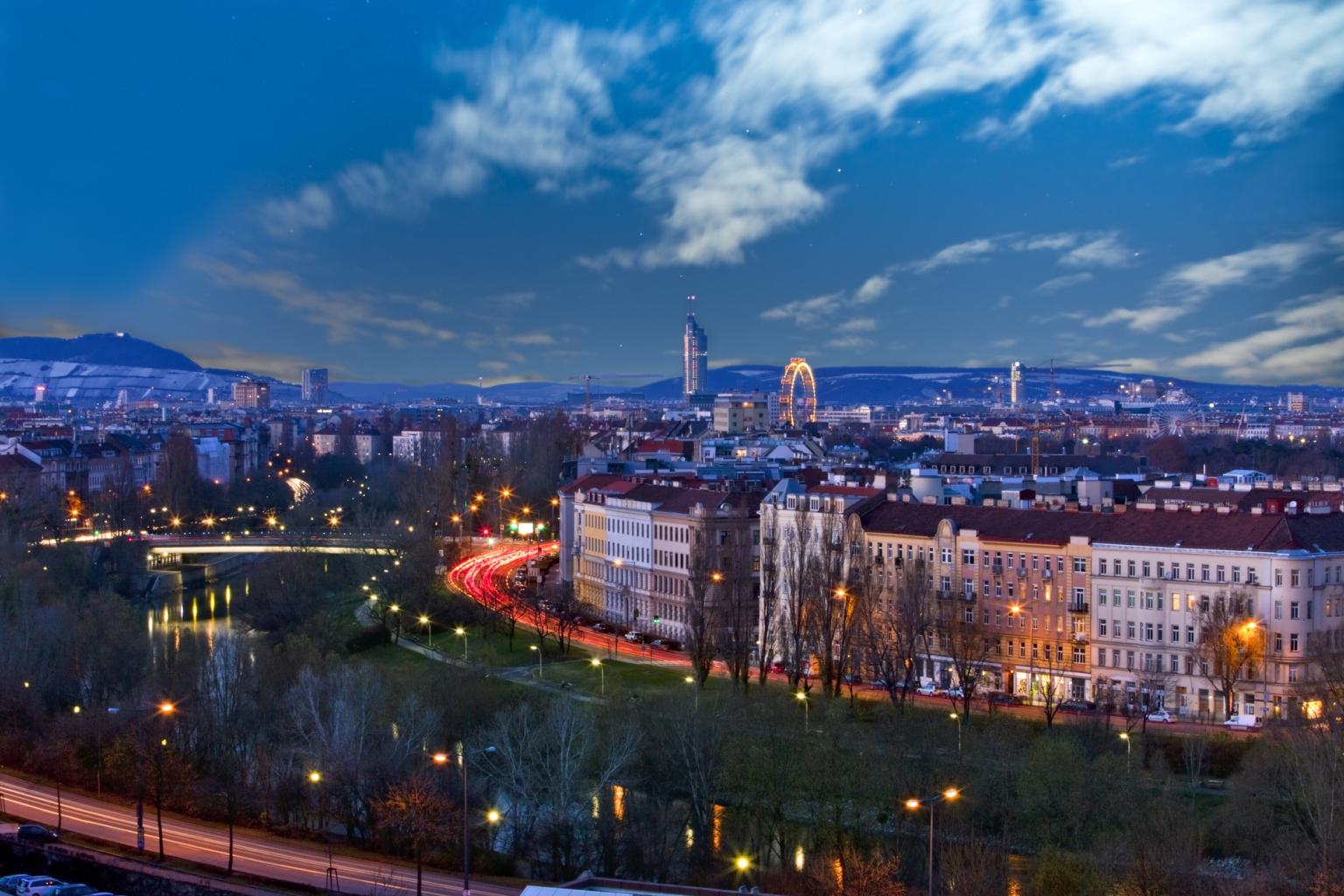 Die Wiener Skyline im Morgengrauen der Sonnenwende – voller Lichter und Stille.