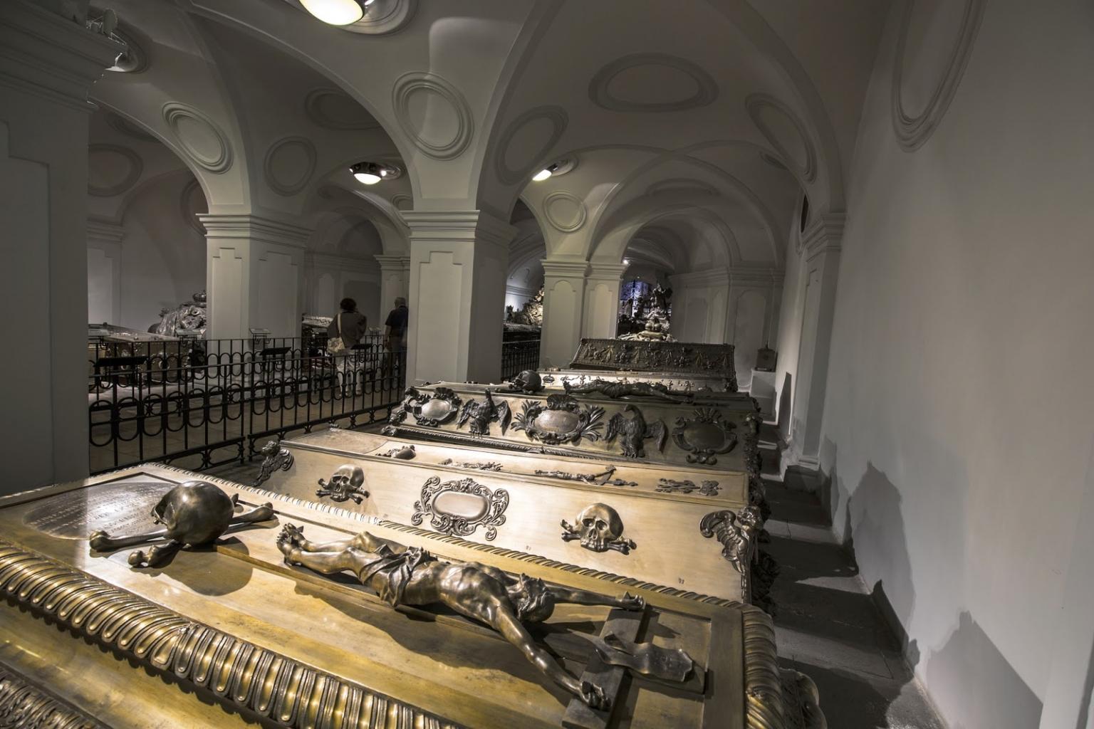 In der Kaisergruft in Wien vor den Zombies Schutz suchen